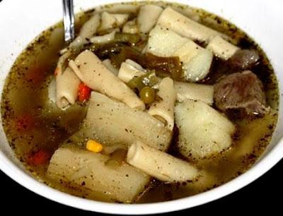 Foto de la sopa de menestrón servido en sopera