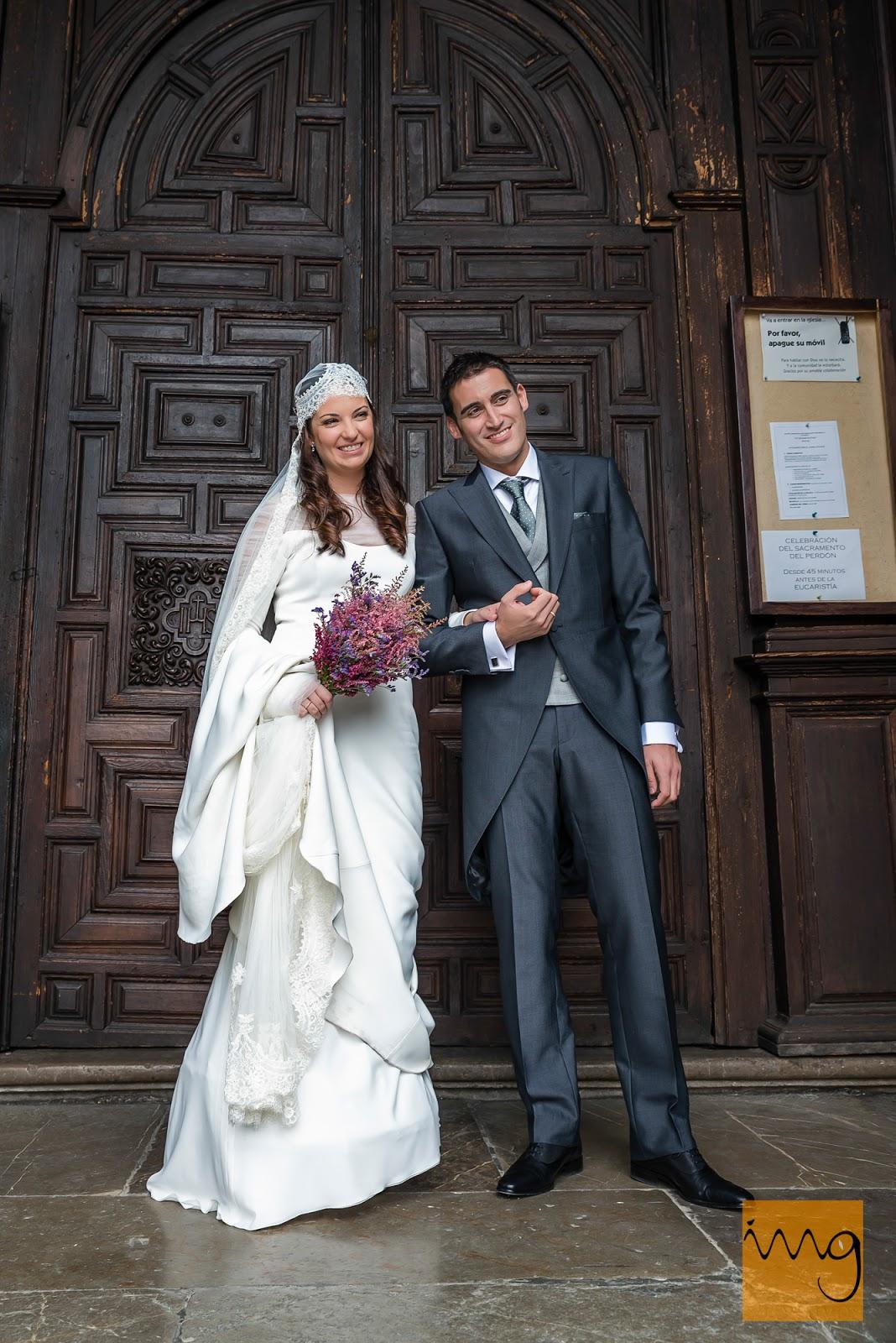 Fotografía de boda en Granada, la novios preparándose para salir