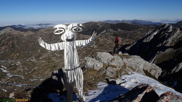 Muñeco de cumbre en Peña Orniz en Somiedo