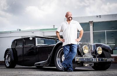 Ele concilia carreira no mercado audiovisual com os automóveis clássicos; ela quer transformar a loja em empreendimento - Divulgação