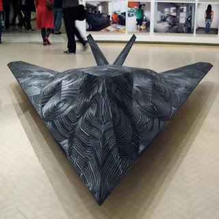 Escultura hecha con llantas recicladas - avión de combate