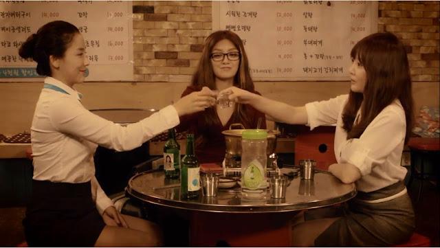 Tiga Sahabat Bersulang di Salah Satu Restoran