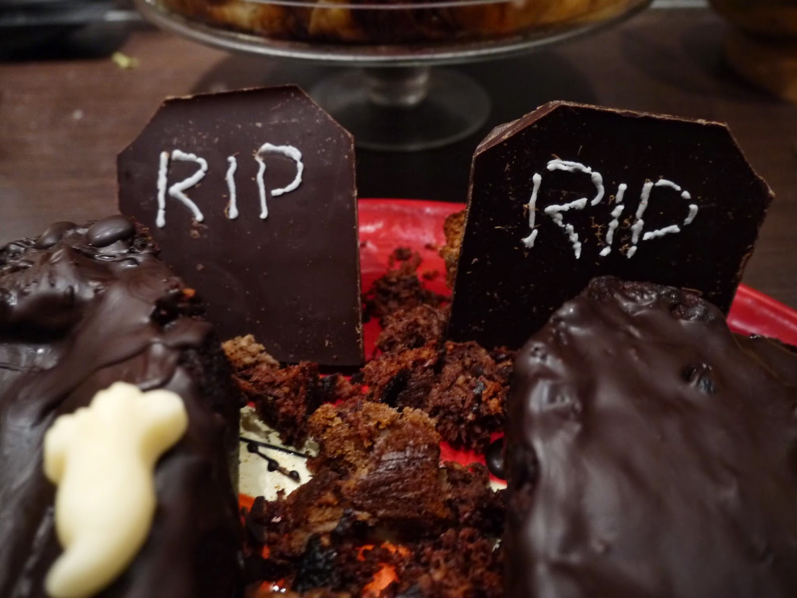 Chocolate cake coffin for Halloween by Appetit Voyage