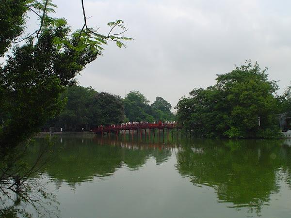Puente rojo del lago de Hanoi en Vietnam
