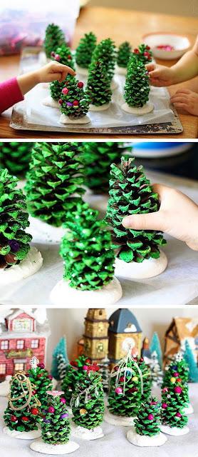 Arbolitos de Navidad hechos con piñas