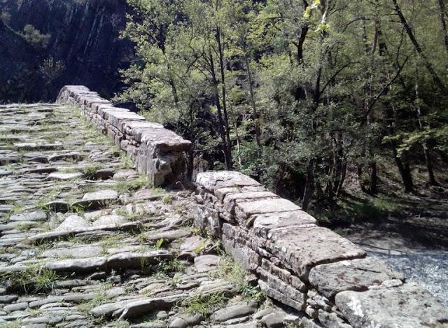 Γιάννενα: Ζαγόρι - Ανεξήγητη «Επίθεση» Στο Γεφύρι Καμπέρ Αγά-Γκρέμισαν Τμήμα Από Το Πεζούλι