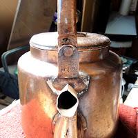 銅の薬缶を修理するブリキ職人 鋲打ち修理が終わった薬缶
