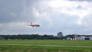 Rood wit vliegtuig landt op Schiphol