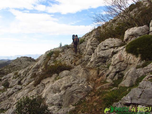 Sendero entre roca