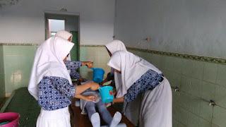 Kelas Intensif: Siswa Praktek Memandikan Jenazah #SMA Muhammadiyah Kota Tegal