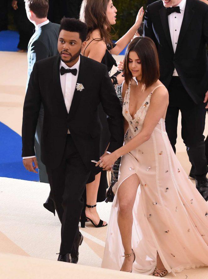 The Weeknd Selena Gomez smooch Kiss PDA Hot Sexy
