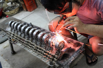 This-is-how-Vietnam-welders-transform-trash-into-beast-cyclo-6