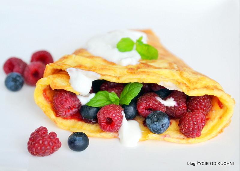 omlet z owocami, omlet, maliny, borowki amerykanskie,