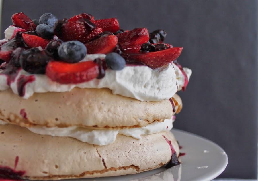 Receta Pavlova con fresas y arándanos