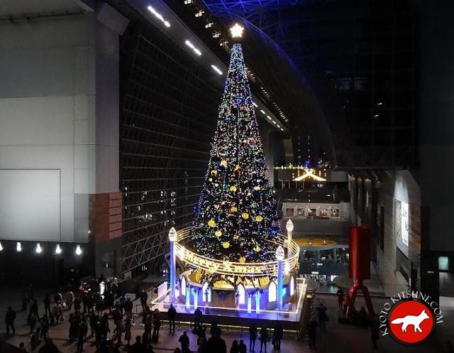 Sapin de Noël à la gare de Kyoto au Japon