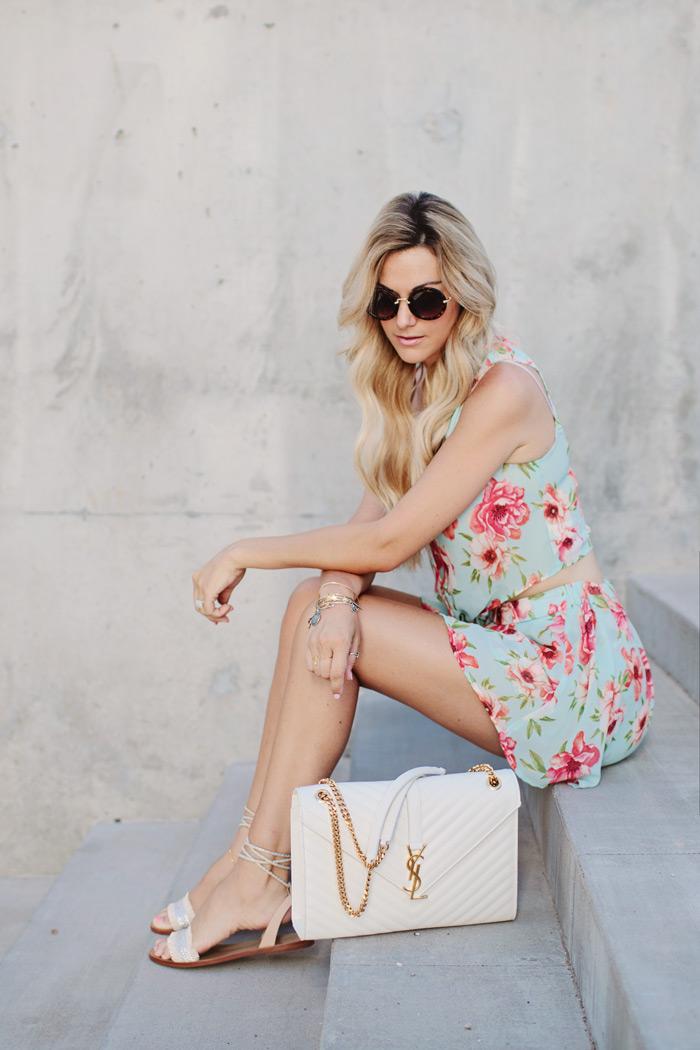 blog de moda, short floral com cropped floral, rasteirinha, bolsa tiracolo e óculos de sol,moda,moda feminina, dicas demoda