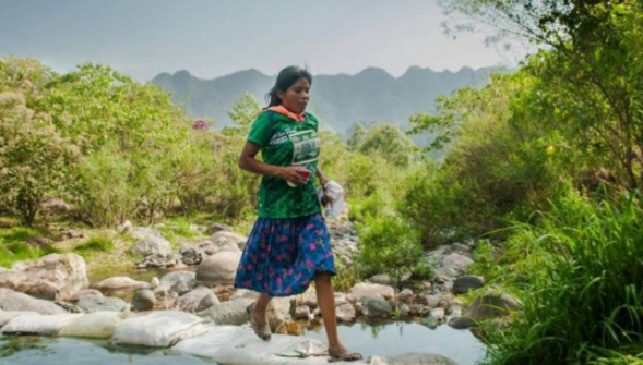Wanita Ini Mengandalkan Sandal dan Rok Mengalahkan Pelari Marathon Internasional