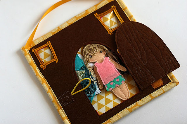 "MIni dollhouse pocket for felt ""paper"" doll handmade by TomToy"