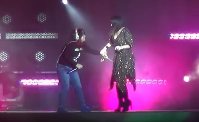 Video: Fan hiere a Laura Pausini con 'palo de selfie' en pleno concierto