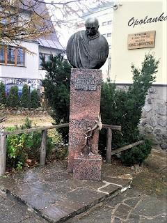 Zakopane, pomnik Kornela Makuszyńskiego - https://commons.wikimedia.org/