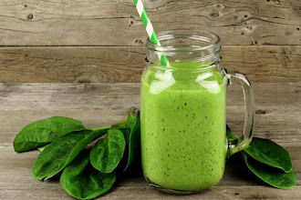 Smoothie detoxifiant cu broccoli, spanac si spirulina