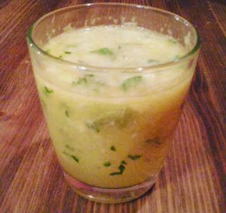 Koktajl witaminowy z imbirem, cytryną, pomarańczą i natką pietruszki