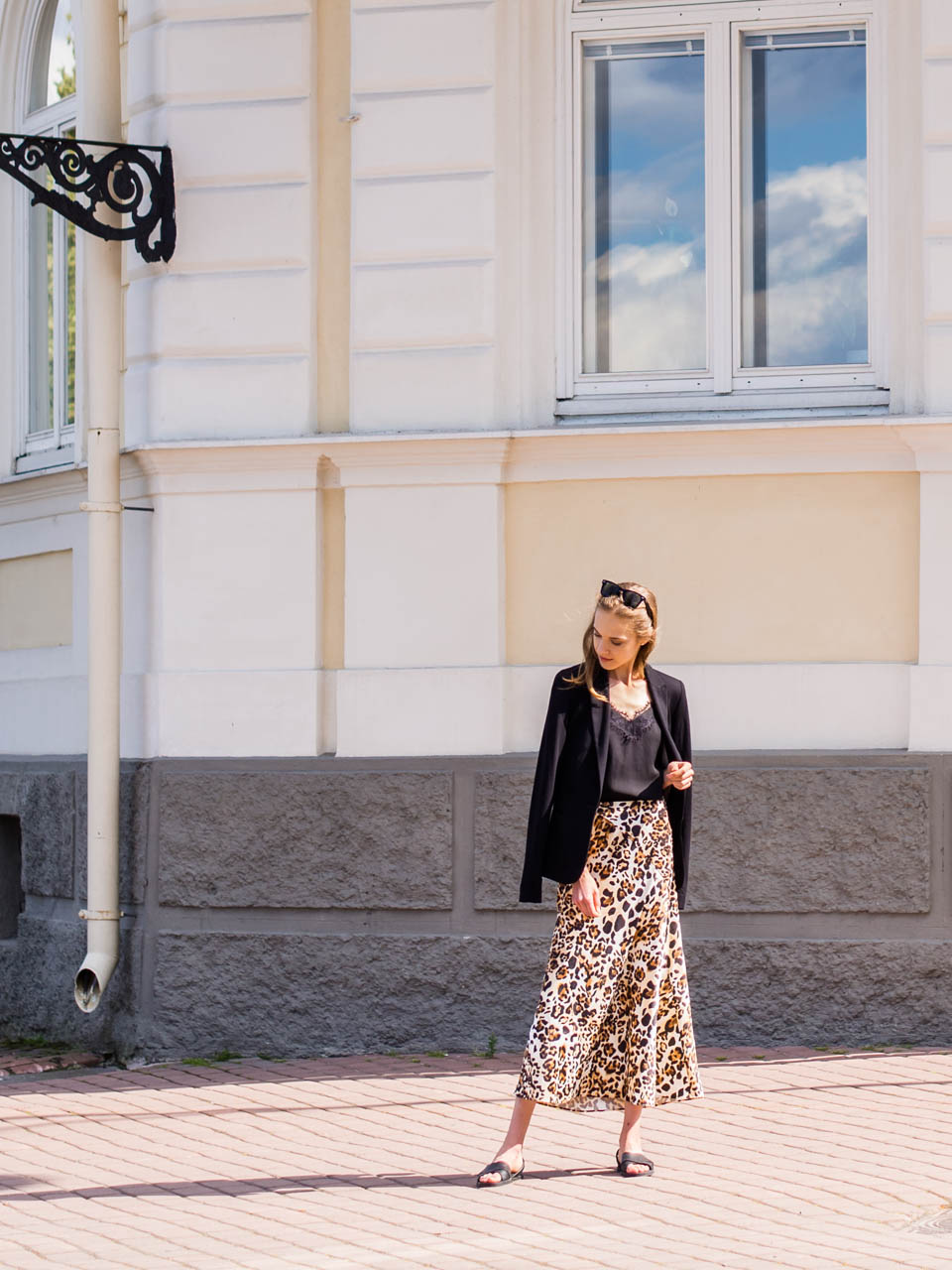 sale-shopping-summer-2019-and-other-stories-satin-midi-skirt-leopard-print