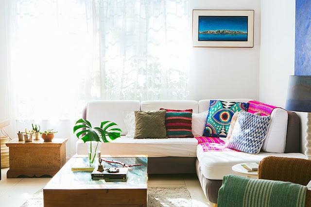 coussins de couleurs sur canapé clair