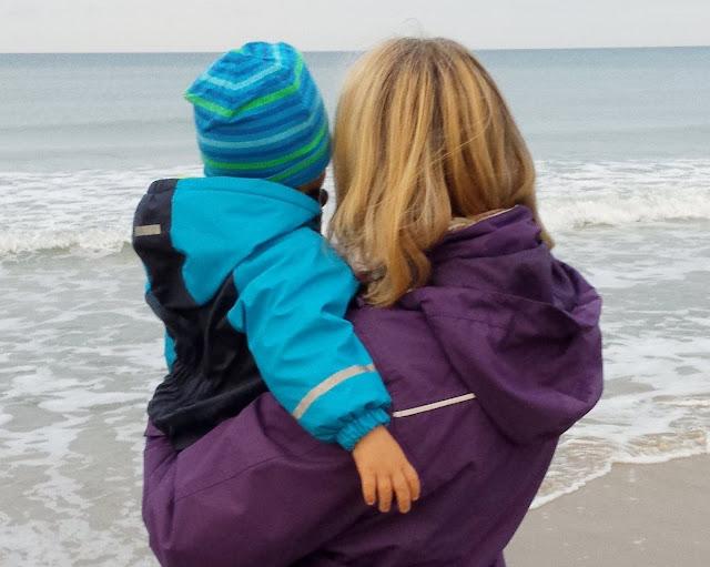 """#Familienmoment Nr. 48: Wenn große Kinder klein sein wollen. Manchmal sind die vermeintlich """"Großen"""" ganz klein - das gilt sowohl für Kinder als auch für Eltern. Davon handelt mein heutiger Familienmoment auf Küstenkidsunterwegs - mitten aus unserem Familienleben am Meer."""