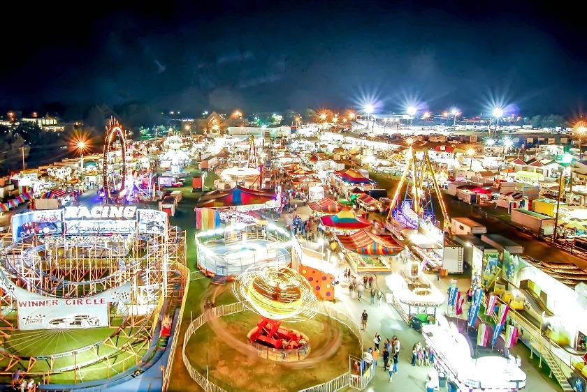 Foto de un parque de atracciones en movimiento