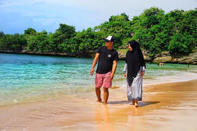 Romantis menyusuri keindahan pantai Pink Lombok, sumber ig @donieardi11.jpg