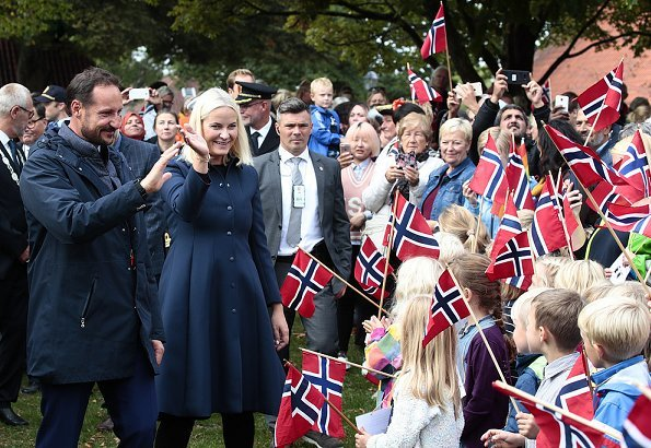 Crown Princess wore Norrona Clothing Jacket and Pants. Valentino dresscoat. Kjærrafossen Foundation. Kjærra Park