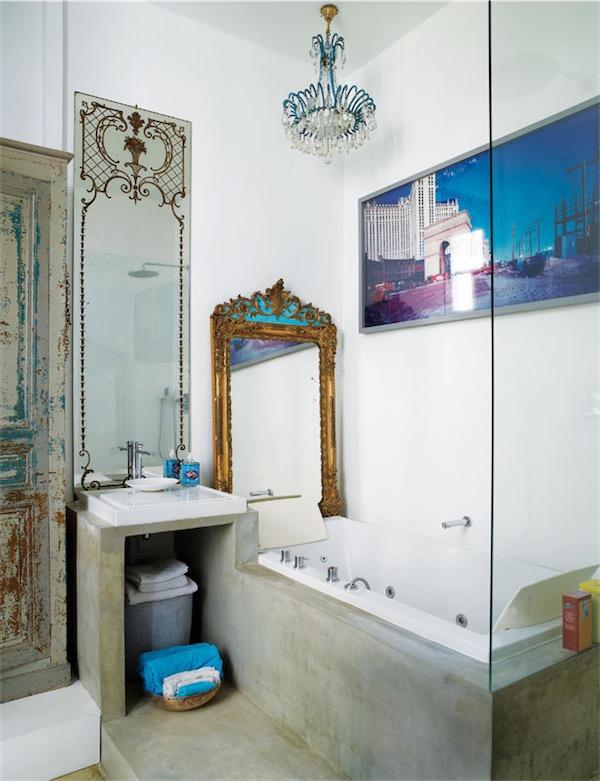 cuarto de bano con espejo antiguo y lampara de arana chicanddeco