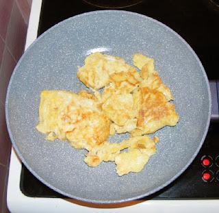 omleta simpla si rapida, omleta cu branza si cascaval, scrob, oua cu branza la tigaie, retete culinare, retete de mancare,