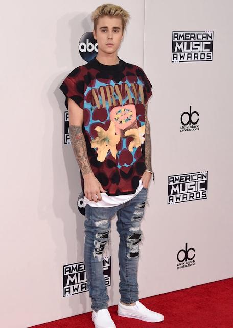 """Justin Bieber durante a premiação AMA's, vestindo uma Camiseta do Nirvana com esse shape com a """"manga cortada"""", mais amplo."""