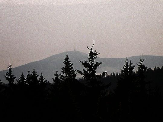 Na zachodzie widoczność sięga najwyższego szczytu Beskidu Śląsko-Morawskiego - Łysej Góry (czes. Lysá hora).