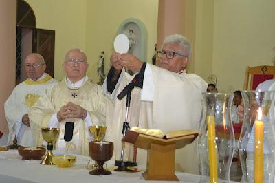 Dois bispos, 37 padres e um grande número de pessoas na missa ...