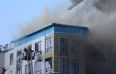 bangunan terbakar menimbulkan asap gelap