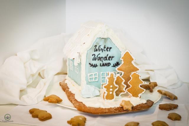 klassisches Lebkuchenhaus zum Selbermachen verziert mit Royal Icing Zuckerguss und Fondant - Foodblog Topfgartenwelt