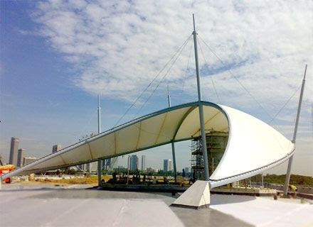 Tenda membrane futuristik di ruang publik Tenda membrane futuristik di ruang publik