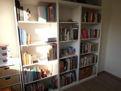 in ons nieuwe huisje heeft mijn boekenkast ook eindelijk een plekje gekregen dat de moeite waard is om met jullie te delen vroeger stonden alle boeken in