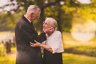 Casal de idosos emociona com imagens de celebração dos 65 anos de união