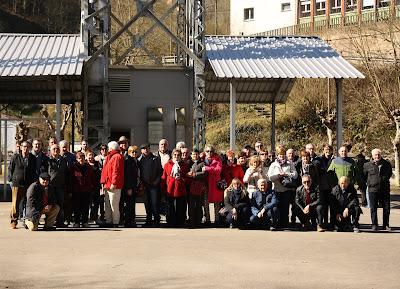 Foto de grupo frente al castillete del Pozo San Luis