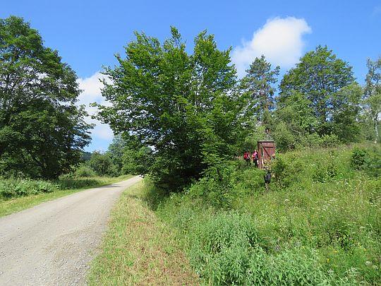 Drzwi do wsi z widziane drogi.