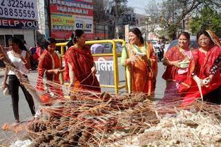 "Women offered prayers to Holika before ""Holika Dahan"" in Patna on March 22, 2016. Photo: Aftab Alam Siddiqui"