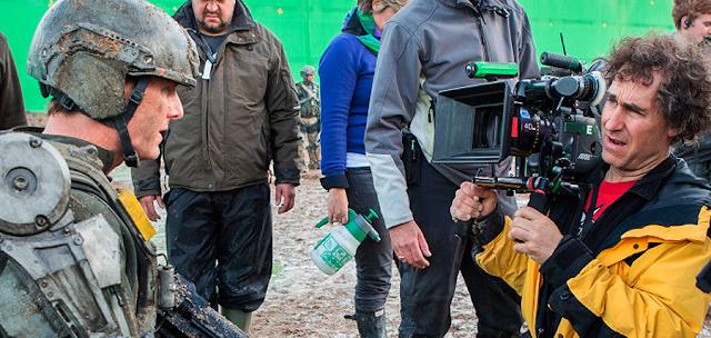 Regizorul Doug Liman şi Tom Cruise în timpul filmărilor pentru Edge Of Tomorrow