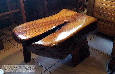 Mesinha ou banco em madeira maciça com as linhas naturais da madeira