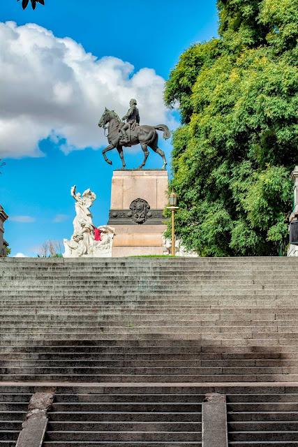 Las escalinatas guían al Monumento a Mitre en La Recoleta,Bs.As.