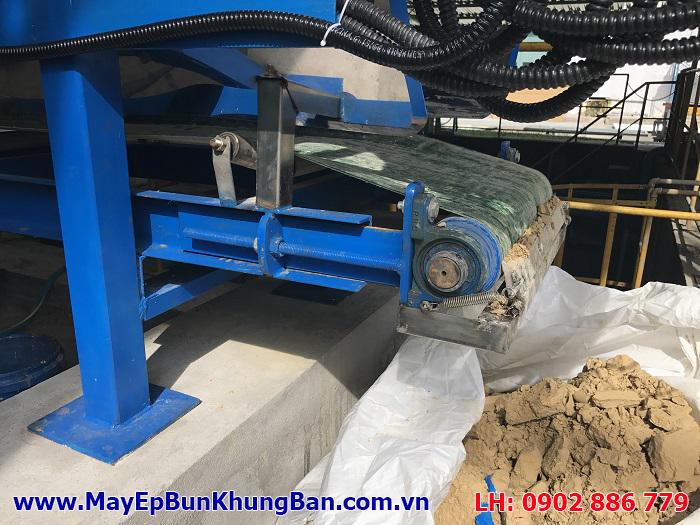 Nước thải lẫn bùn sau khi qua máy ép bùn khung bản Việt Nam rất khô và dễ dàng chuyên chở đổ bỏ