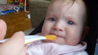 Kind will Mund beim Füttern nicht öffnen